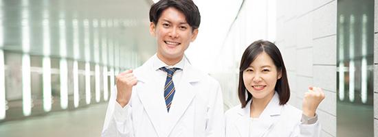 ガッツポーズをする二人の医者